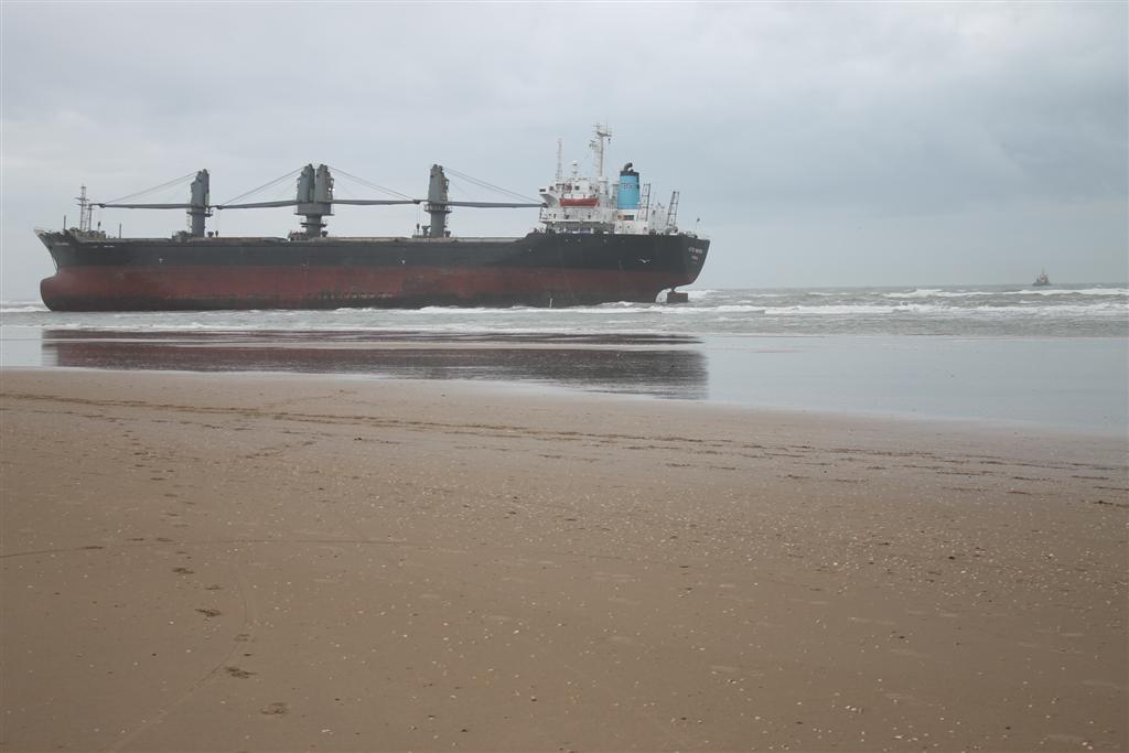 Vrachtschip vlotgetrokken bij Wijk aan Zee