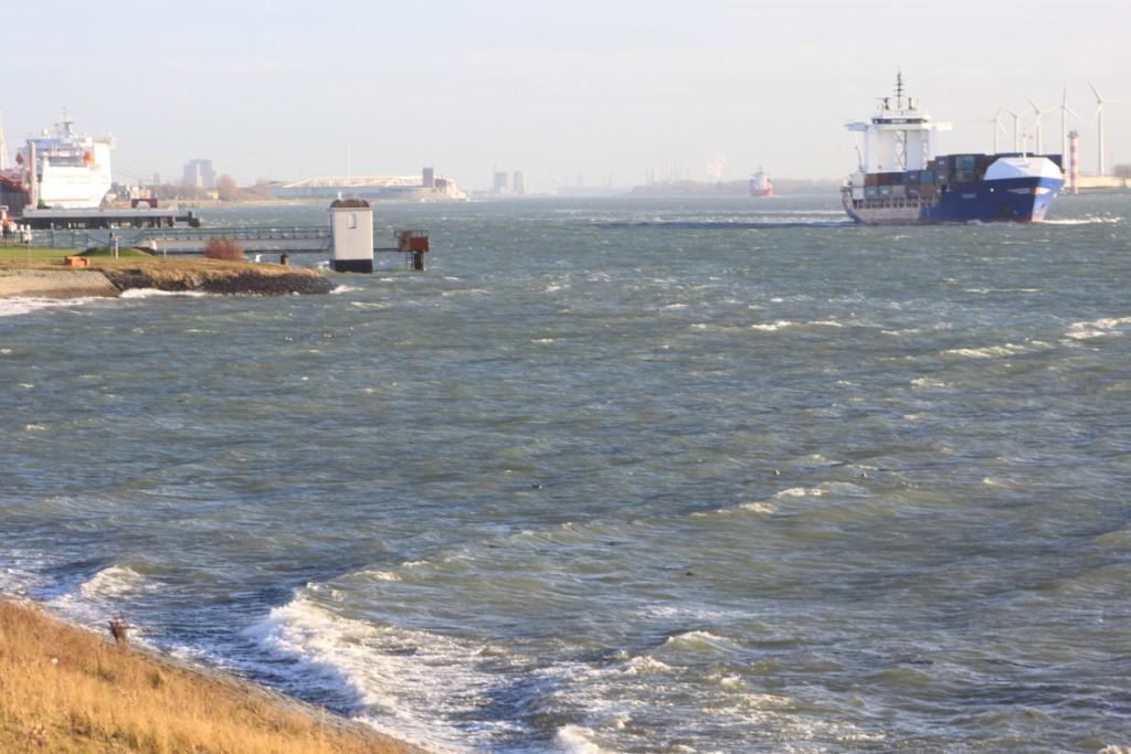 Hoog water en storm langs de kust