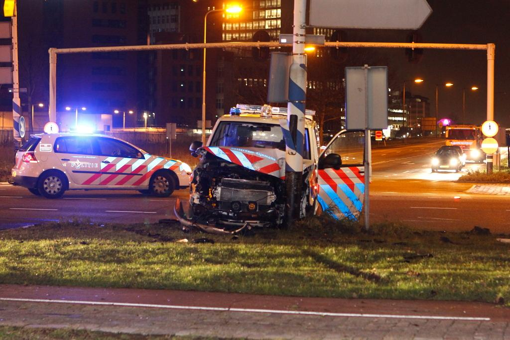 Politiewagen knalt tegen paal na aanrijding