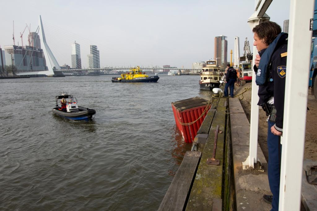 Containerschip ramt de Willemsbrug