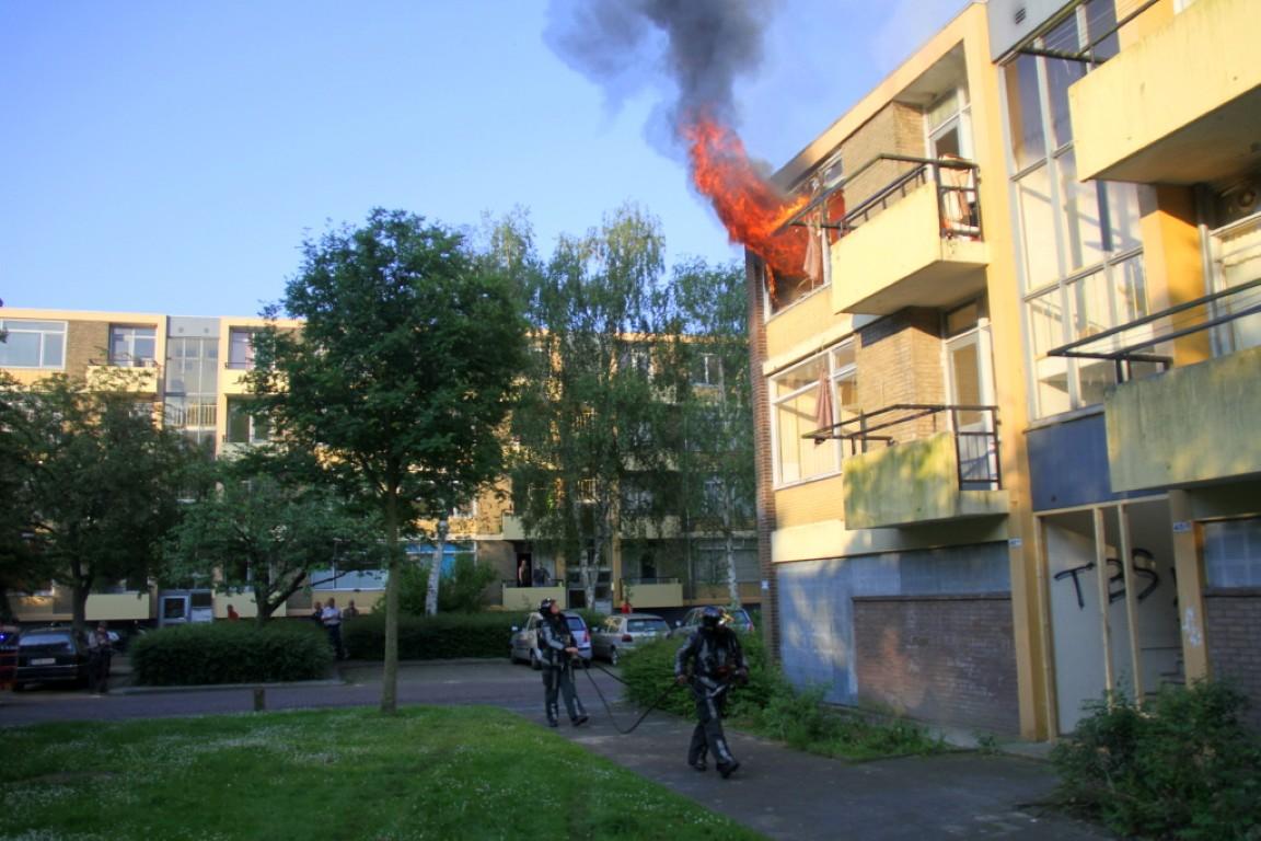Felle uitslaande brand verwoest woning