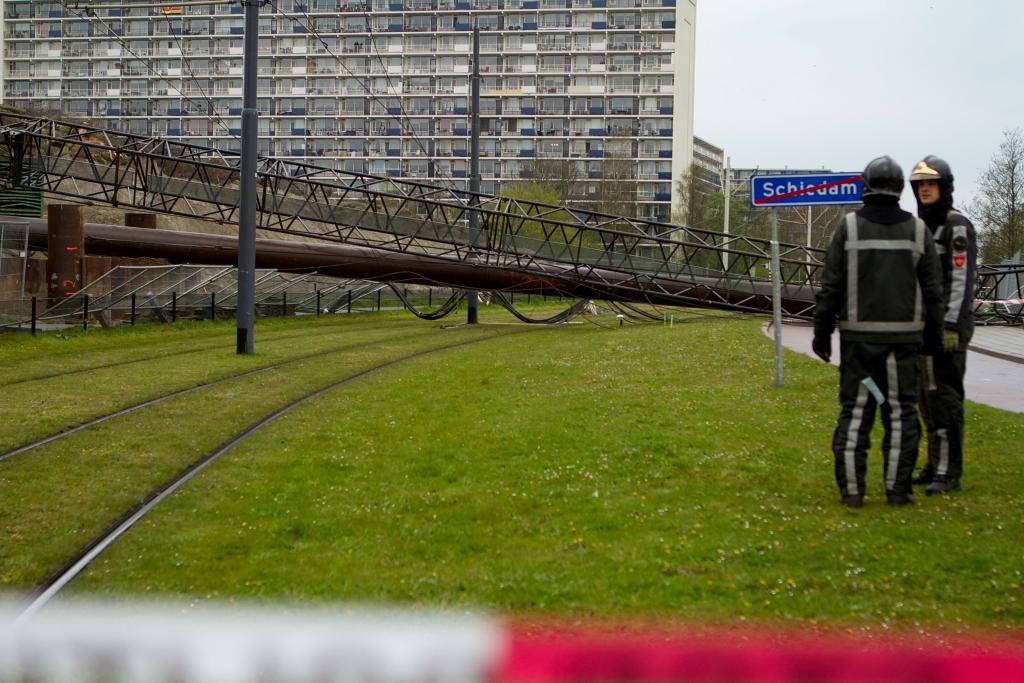 40 meter hoge kraan valt over trambaan