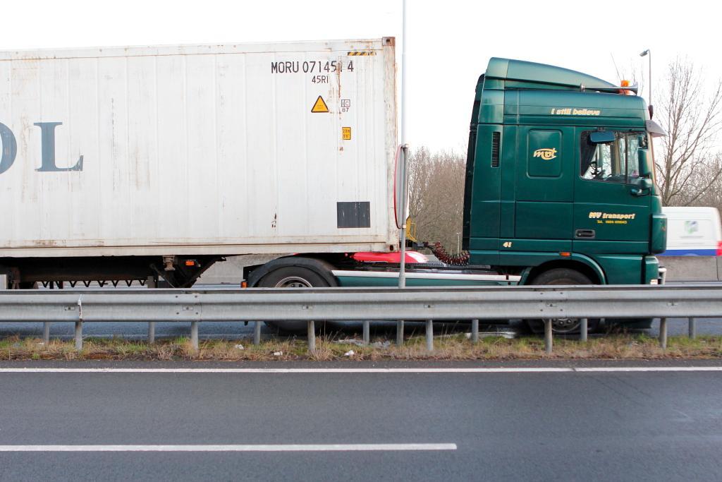 Vrachtwagen met lekke dieseltank op de A20