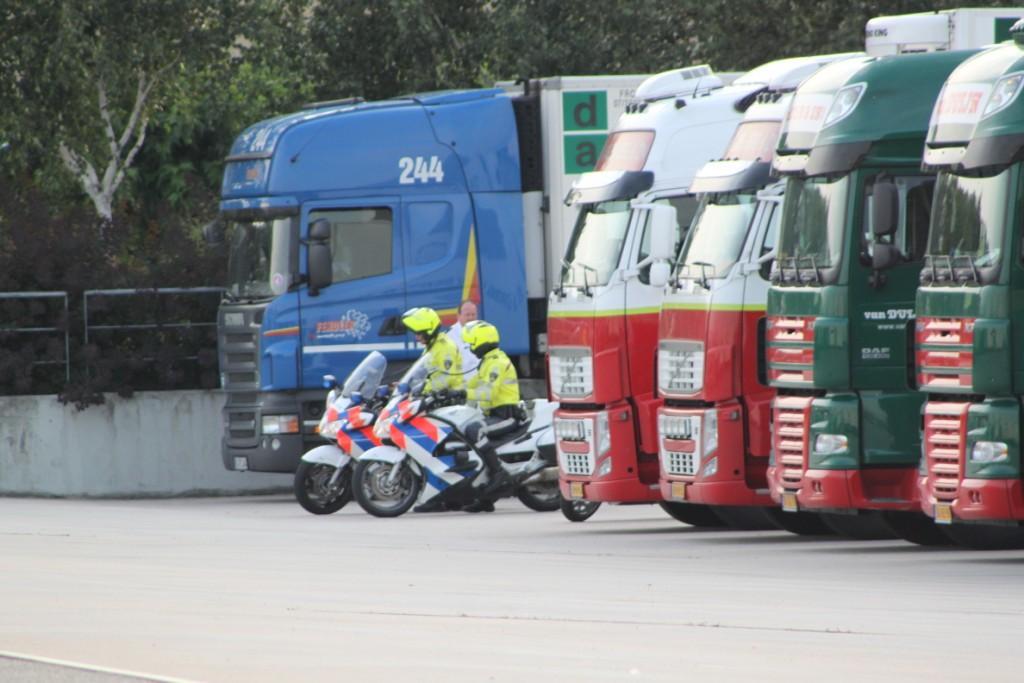 Busje botst met vrachtwagen