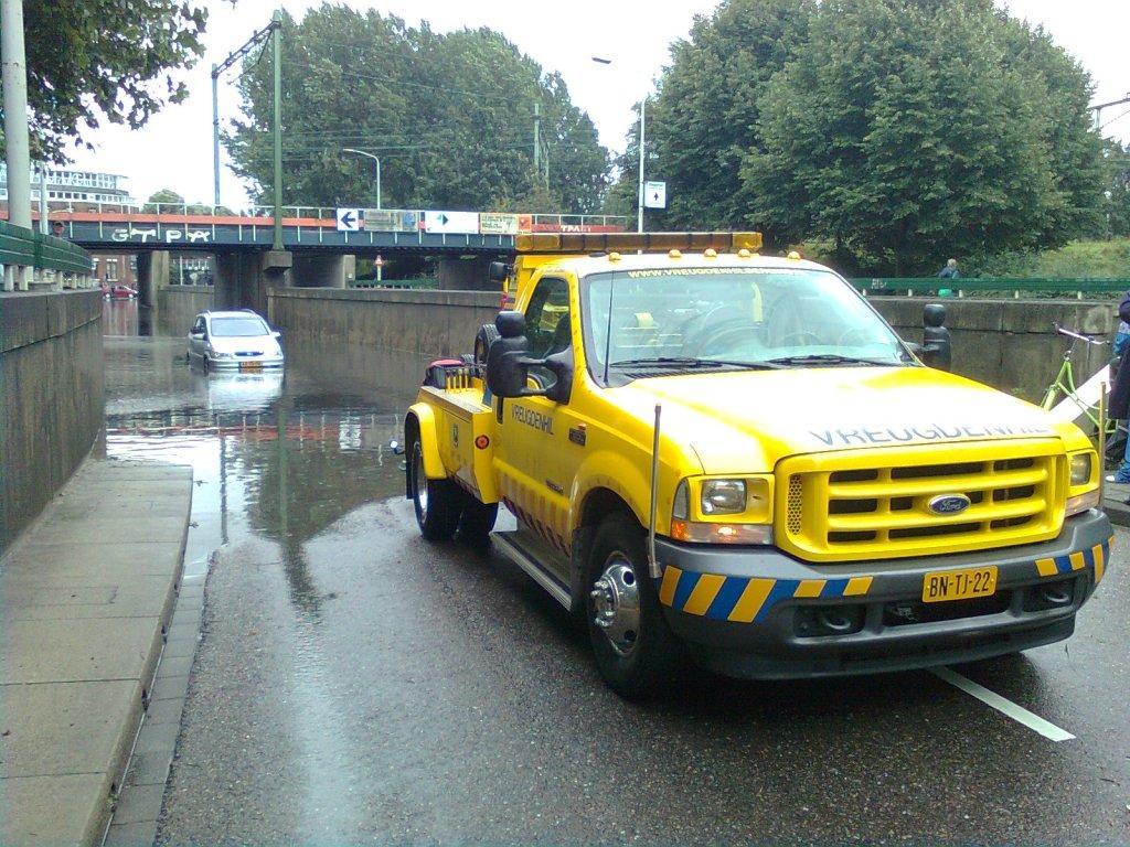 Auto 's te water op de Binckhorstlaan