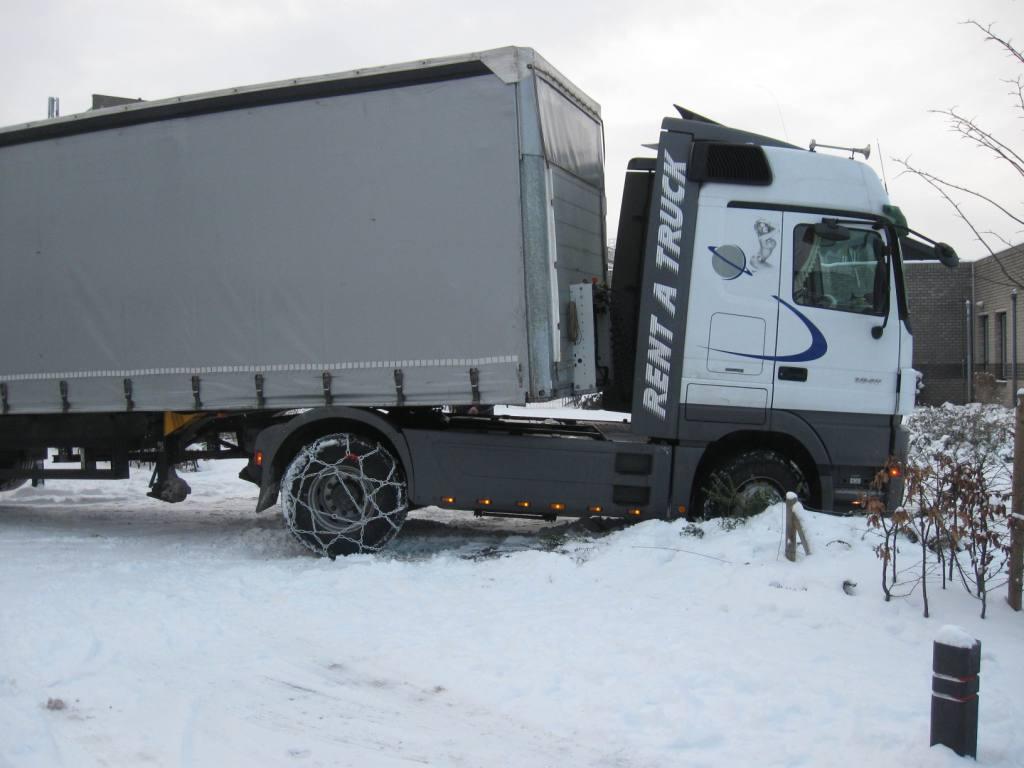Roemeense vrachtwagen vast in de sneeuw