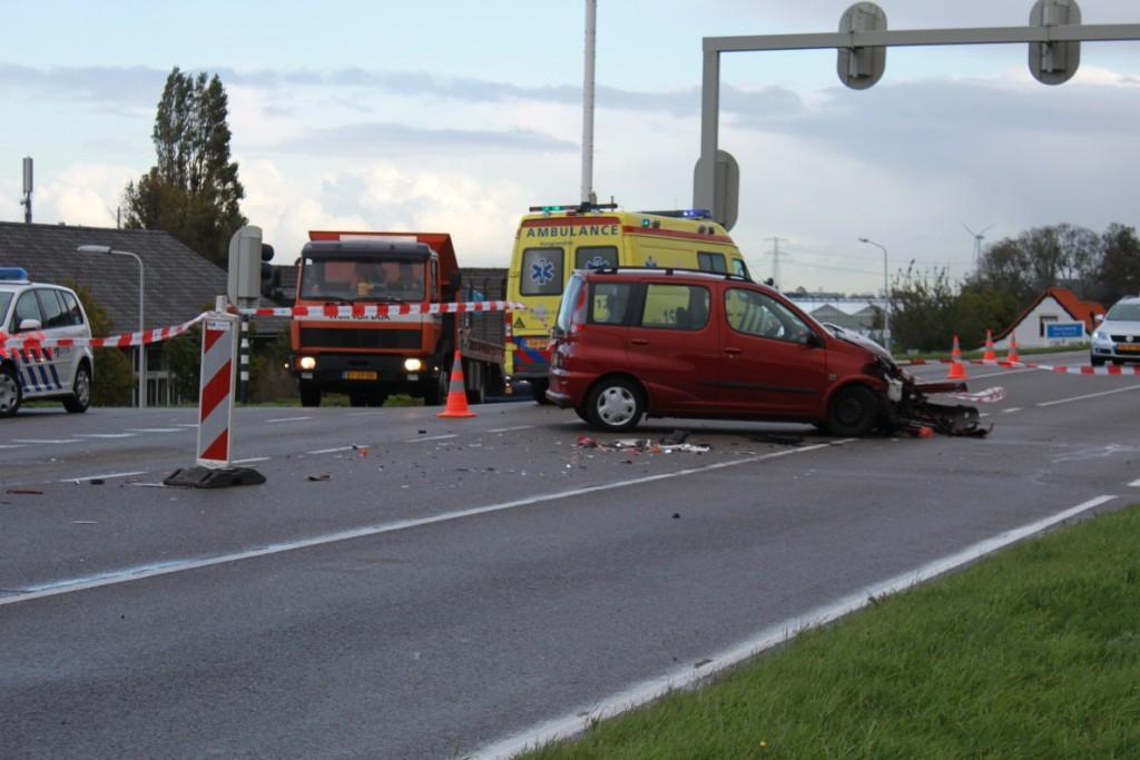 Auto ramt vrachtwagen op de Maasdijk