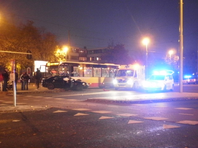 Bus botst met personenauto